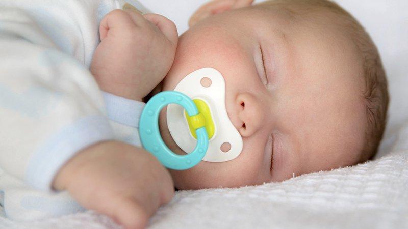 sucette bébé naissance